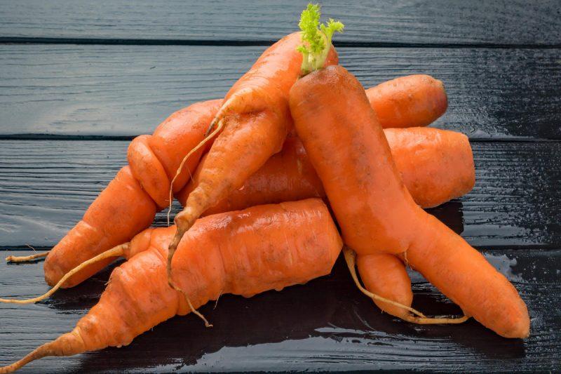 Чому морква виростає потворна?